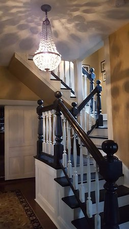The Oaks Bed & Breakfast: Foyer staircase