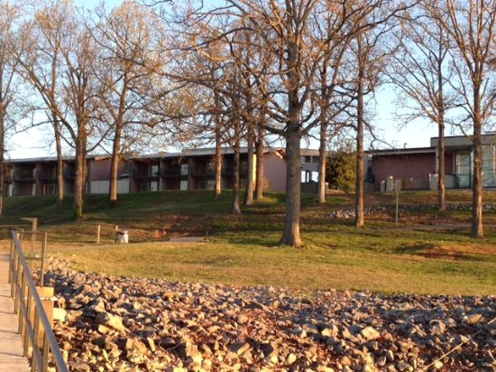 Gilbertsville, KY: Lodge view from dock.