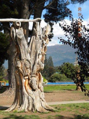 El Bolsón, Argentina: Una de las interesantes tallas de la Plaza Pagano