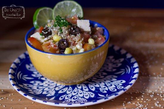 De Una Travel Bar: Ensalada Andiana on quinua, maíz, queso, habas, tomate y perejil