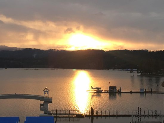 The Coeur d'Alene Resort: Beautiful view of sunset when standing. Rm 648.