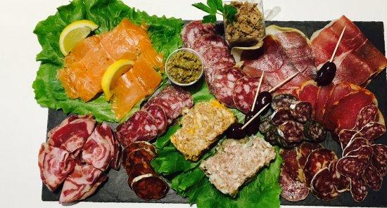 Marssac-sur-Tarn, França: Plateau saumon,charcuteries et fromages à emporter