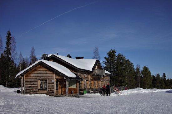 Luosto, Suomi: Koparan päärakennus huhtikuisena päivänä