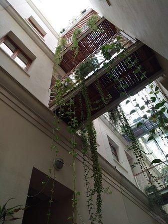 Hostal Puerta Carmona: Passaggi aerei nella corte interna