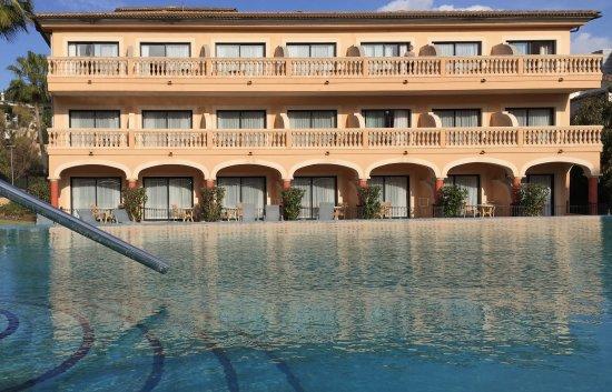Mon Port Hotel & Spa: Blick über den Pool