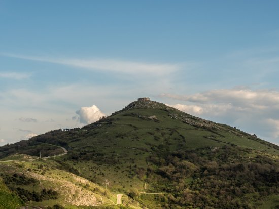Osilo, إيطاليا: La chiesa dalla valle