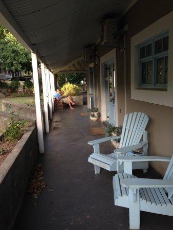 De Oude Pastorie Guesthouse: Außenbereich vor den Zimmern
