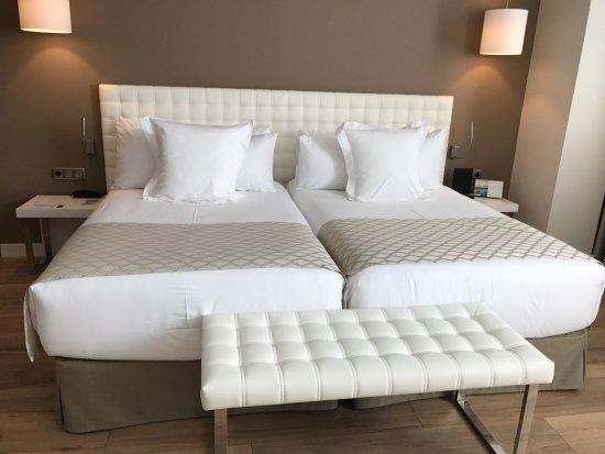 Catalonia Ramblas: Super härlig säng med kanon sköna kuddar.
