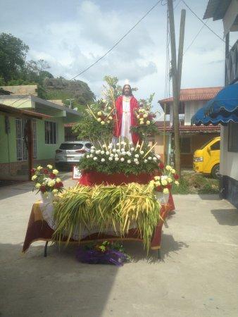 Hotelito Solidario Casa del Rayo Verde : Procesion de Semana Santa en la calle del hotel