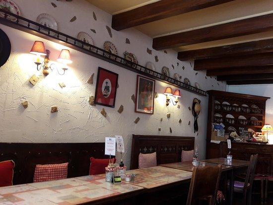 Creperie Tante Germaine: intérieur de la salle du restaurant