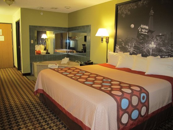 Cloverdale, IN: King Suites with Jetted Tub In-Room