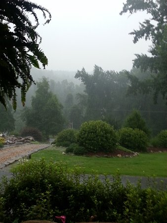 Hilltop Manor Bed & Breakfast: View from the porch. Raining, but still beautiful.