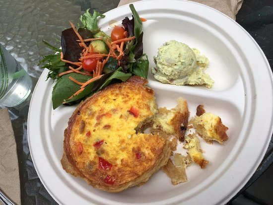 Woodside, Kalifornien: Flaky sausage and red pepper quiche