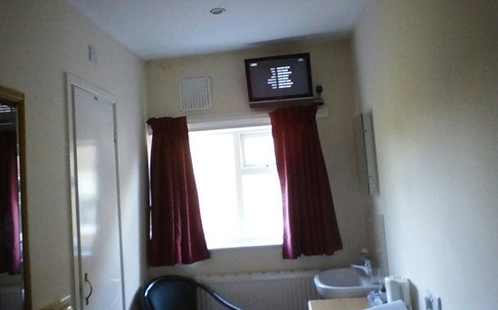 Heath Lodge: television from bed cant see sitting in chair neck cramp!!!