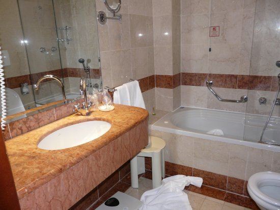 Hotel Colombina: Short Bathtub U0026 Towels And Shaving Mirror Out Of Reach  Unless 6ft Tall