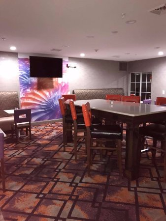 La Quinta Inn & Suites Chambersburg: PART OF OUR BREAKFAST AREA