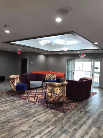 La Quinta Inn & Suites Chambersburg: OUR HOTEL LOBBY