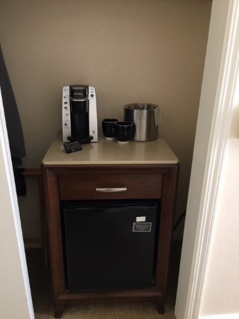 Hotel Santa Barbara: Fridge And Coffee Maker In Bedroom