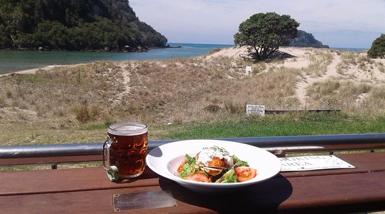 Whangamata, นิวซีแลนด์: Mmmm fresh Chicken Salad & Cold beer with an AMAZING view!