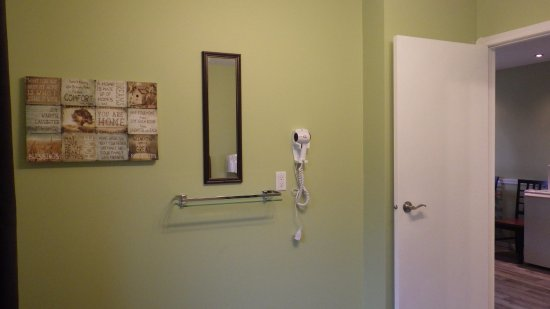 Valley View Motel: Room #35 - amenities in the bedroom includes a hairdryer