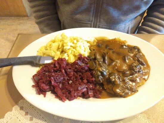 King Ludwig's Restaurant: Jägerschnitzel mit Spätzle and Rotkraut