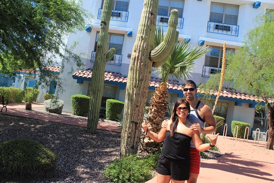 Baymont Inn & Suites Tempe Phoenix Airport: In front of the Hotel