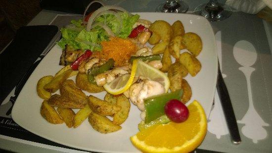 Trancoso, Portugal: Espetada de camarão com lulas acompanhada de umas batatas especiais