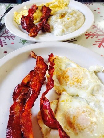Rest Haven: Basic bacons, grits and eggs breakfast