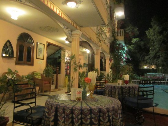 Jas Vilas: Lovely ambience in the outside dining area.