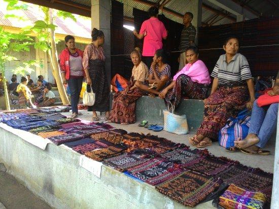Maumere, Indonesia: Tempat jual beli cindramata tenun khas sikka pada saat hari pasaran yakni pada hari selasa