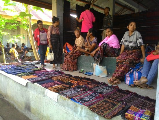 Maumere, إندونيسيا: Tempat jual beli cindramata tenun khas sikka pada saat hari pasaran yakni pada hari selasa