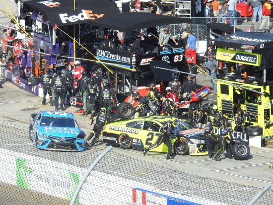 Martinsville, VA: close call on pit road