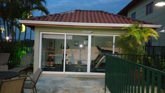 Matiz Jaguariuna: Mini Academia na área da piscina