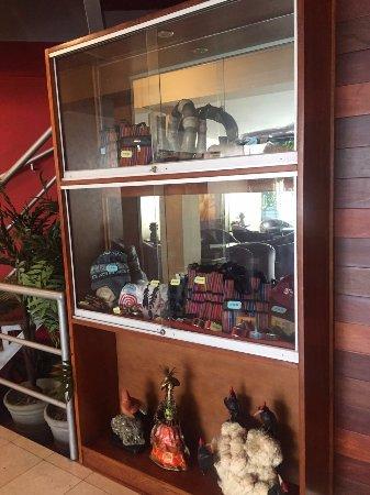 Hotel Runcu Miraflores: Hermosa vitrina ubicada en la Sala de Recepción, con diferentes huacos de las culturas de Perú.
