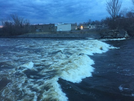 Watertown, NY: The Black River behind Maggie's. If weather is good, try the outside tables.
