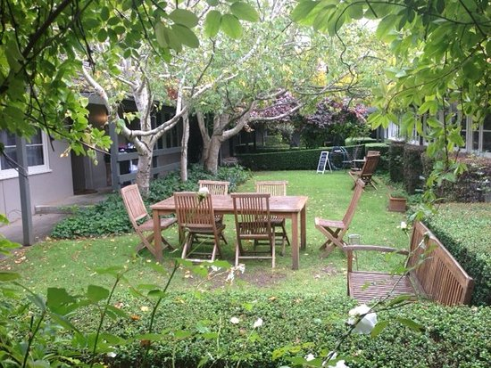 One of the courtyard gardens - Picture of Links House, Bowral ...