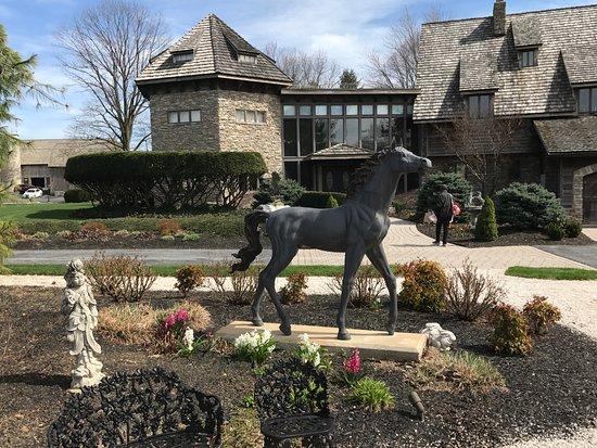 Ephrata, Pensilvania: Garden with horse statue