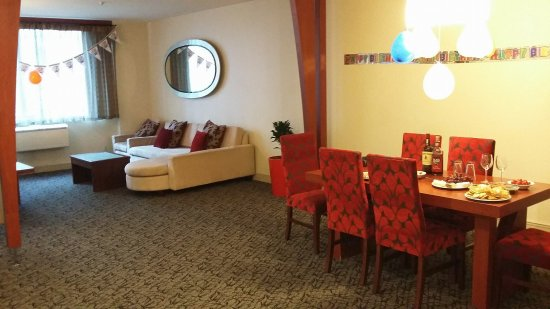 CityLife Wellington: We were celebrating a birthday - this is the 2 bedroom apartment lounge and dining plus balloons
