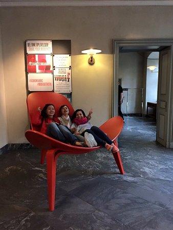 Designmuseum Danmark: 館內大椅子大到三個人坐都沒問題