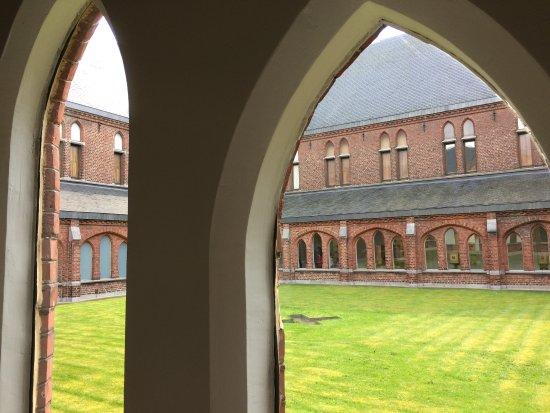 Musée de la Photographie : une vue du cloître du musée