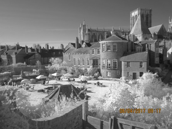 Grays Court Hotel: Infrared 720nm filter in bright sunlight