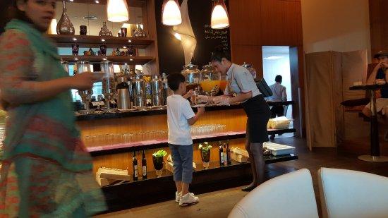 فندق نوفيتل سويت مول: Good service....(kid not mine)