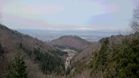 Wakamatsu-ji Temple: 雪で覆われているのが月山