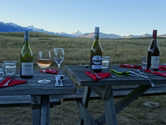 Braemar Station : No better place to enjoy a glass of NZ wine. Picnic tables in front of Shearers lodge.