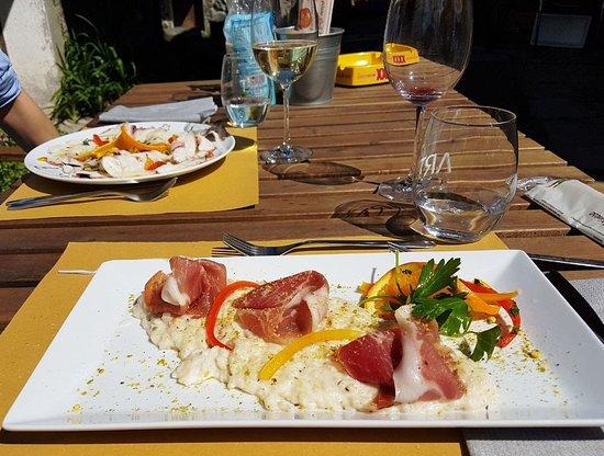 Saint-Marcel, Italia: carpaccio di polipo e risotto al formaggio di capra