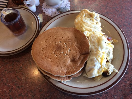 San Mateo, Kalifornien: Bacon and cheese egg white omelet with pancakes