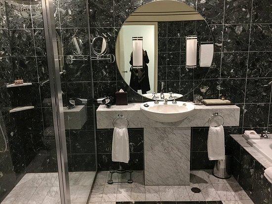 Hyatt Hotel Canberra: greatblue2_copyrighted view1 of bathroom