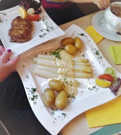 Karlsfeld, Germania: Spargel mit Steak