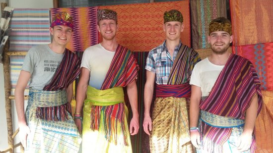 Sukarara Village: Desa sukarara masih menyimpan banyak tradisi lokal seperti menenun menggunakan alat traditional