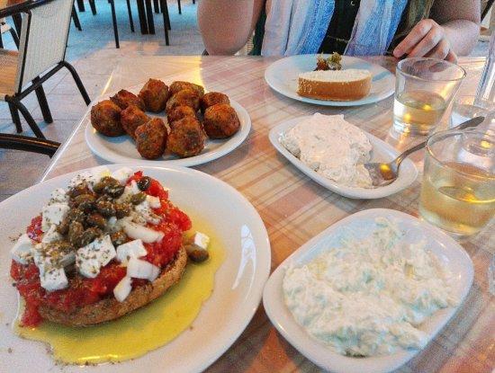 Agia Fotia, Greece: Dakos, tzatziki, tarama et boulettes de fromage